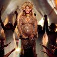 Beyoncé, grávida de gêmeos,abusou da transparência em um vestido dourado, repleto de pedrarias, assinado pelo estilista Peter Dundas