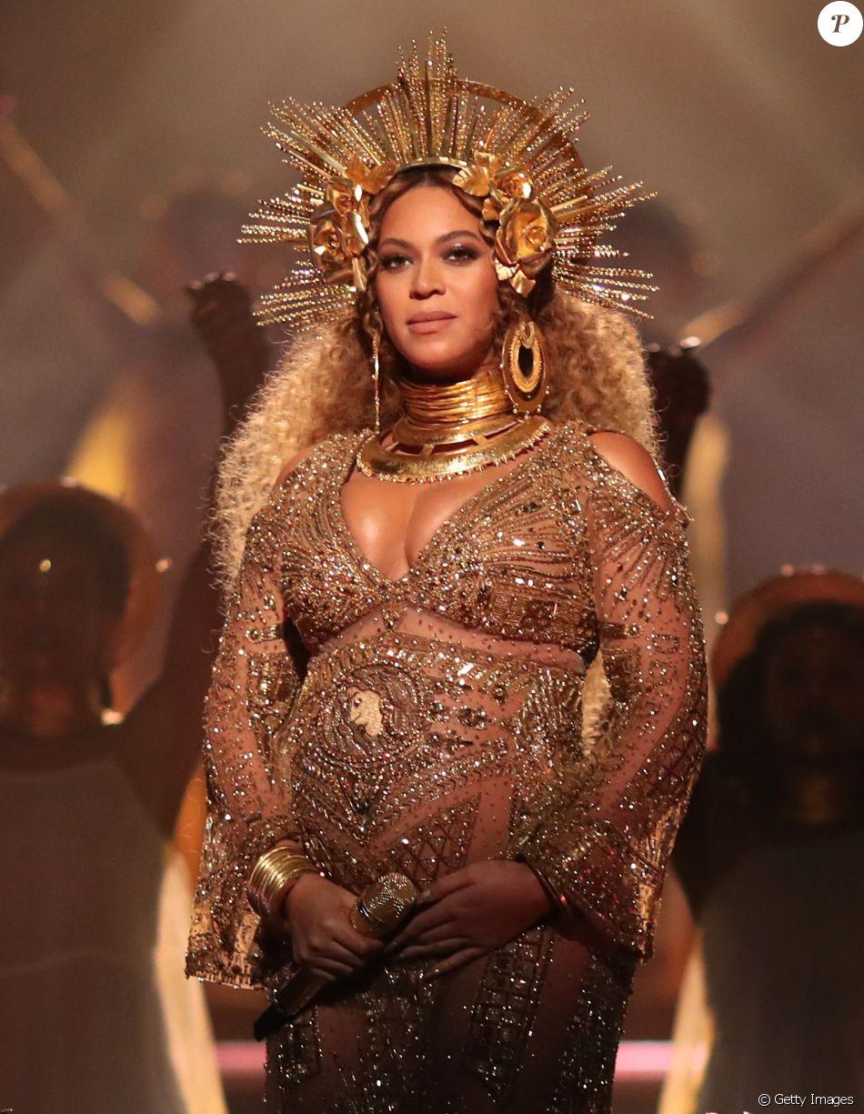 Beyoncé, grávida de gêmeos, exibe barriga durante o Grammy 2017