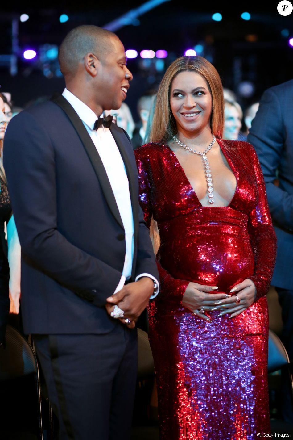 Beyoncé, grávida de gêmeos, chegou acompanhada do marido, Jay-Z, no Grammy 2017