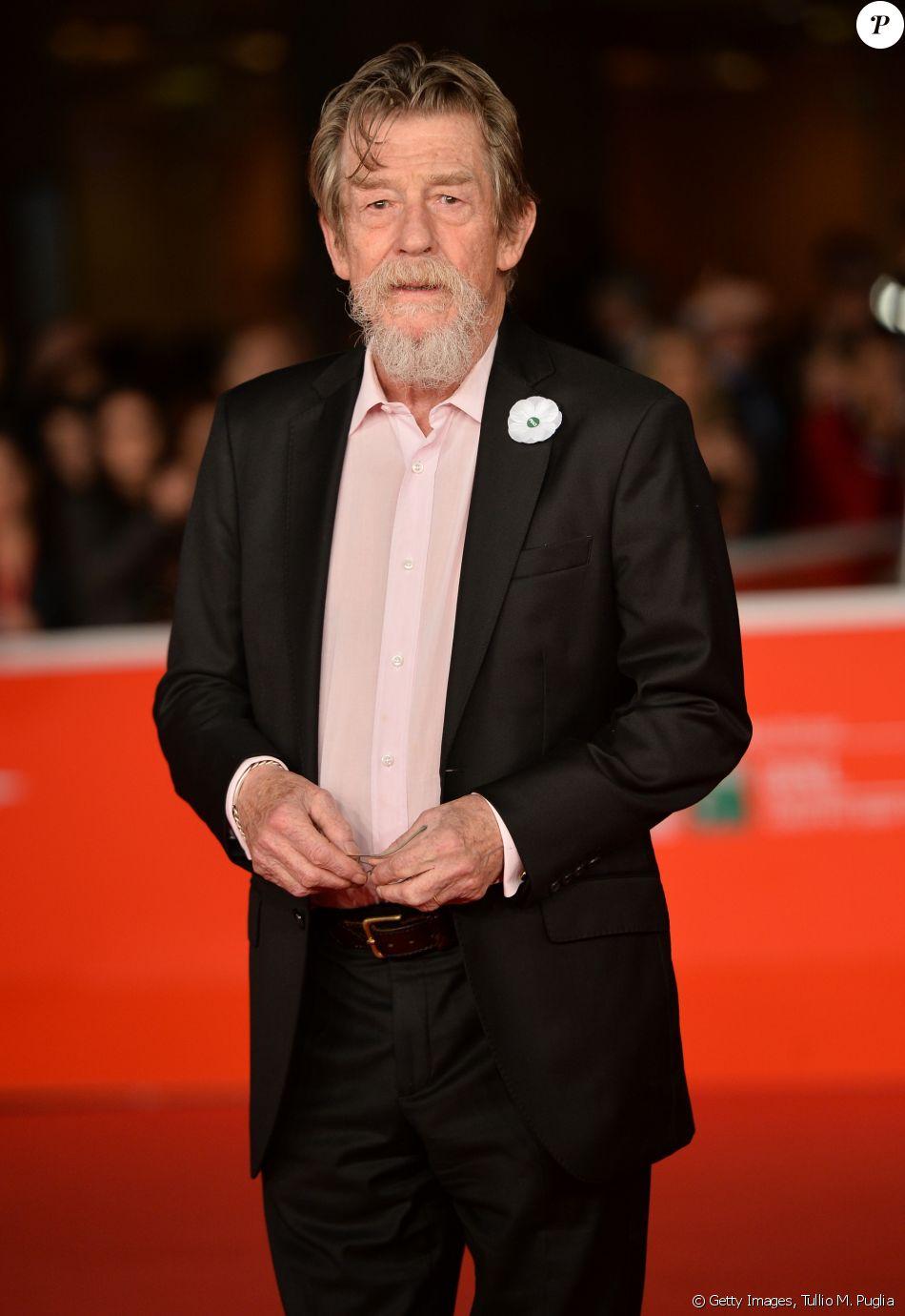 O ator britânico John Hurt, da saga 'Harry Potter' e 'Alien', morreu no dia 27 de janeiro de 2017, aos 77 anos, devido a complicações no intestino causadas por um câncer. Ele foi indicado ao Oscar de Melhor Ator por 'O Homem Elefante' e de Melhor Ator Coadjuvante por 'O Expresso da Meia-Noite'