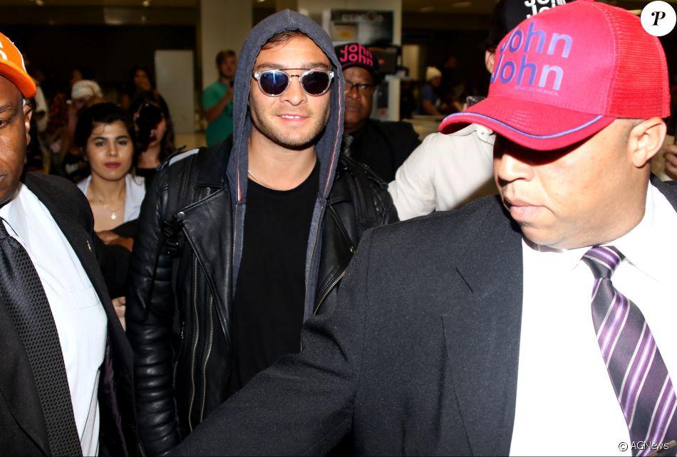 Ed Westwick, de 'Gossip Girl', causou alvoroço entre fãs após desembarcar em São Paulo nesta quarta-feira, 15 de fevereiro de 2017
