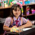Frida (Sienna Belle) canta de forma afinada e ganha o concurso para participar da festa do pijama de Dulce Maria (Lorena Queiroz)    , na novela 'Carinha de Anjo'