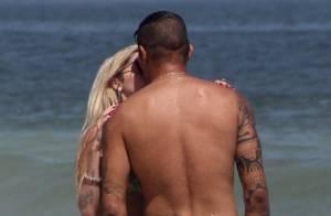 Bárbara Evans assume namoro com jogador do Corinthians em praia carioca