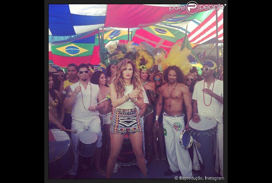 Jennifer Lopez divulga foto dos bastidores da gravação de 'We Are One', clipe da música da Copa do Mundo de 2014