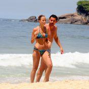 Fred vai à praia com a namorada enquanto espera ser convocado para a Seleção