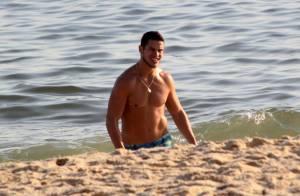 José Loreto se refresca e joga futevôlei durante gravação de comercial, no Rio