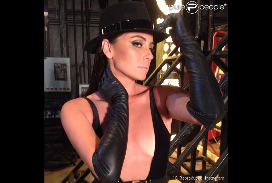 Giovanna Antonelli publica fotos dos bastidores do ensaio de sua personagem Clara, na novela 'Em Família', feito pela fotógrafa Marina (Tainá Müller), em 18 de fevereiro de 2014