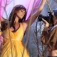 Clara (Giovanna Antonelli) posa para as lentes da fotógrafa Marina (Tainá Müller) na novela 'Em Família'