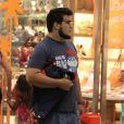 André Marques aparece bem mais magro durante passeio em shopping do Rio