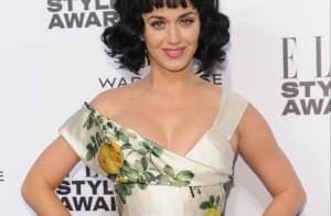 Katy Perry é eleita Mulher do Ano em evento de moda e exibe novo visual