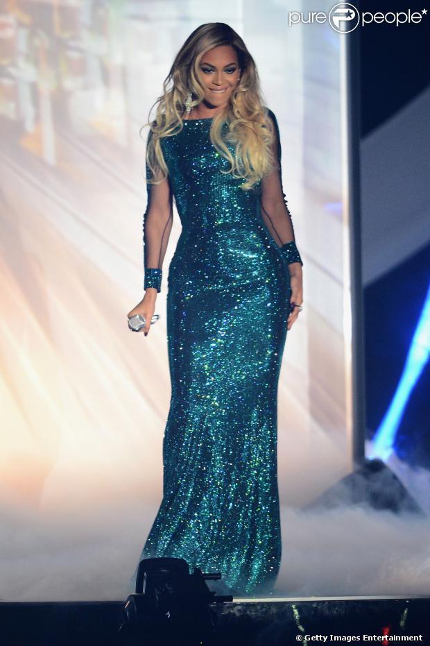 Beyoncé brilha cantando pela primeira vez single 'XO' no BRIT Awards 2014, realizado em Londres na noite desta quarta-feira, 19 de fevereiro de 2014