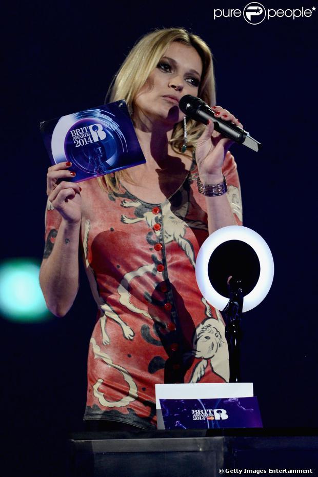 Kate Moss recebe prêmio por David Bowie no BRIT Awards 2014, realizado em Londres na noite desta quarta-feira, 19 de fevereiro de 2014