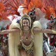Luma de Oliveira parece flutuar à frente da bateria da Viradouro, no Carnaval de 2002