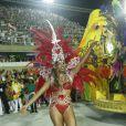 Roberta Rodrigues samba à frente de carro alegórico em desfile da Grande Rio, em 2013