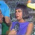 Monique Evans é entrevista por Roberto Mader, da TV Manchete, após desfilar como rainha de bateria pela Mocidade Independente de Padre Miguel