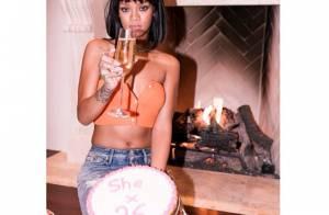 Rihanna ganha bolo de aniversário e comemora com look sexy