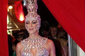 Luana Piovani abusa de decote em fantasia para o Baile do Copa, no Rio