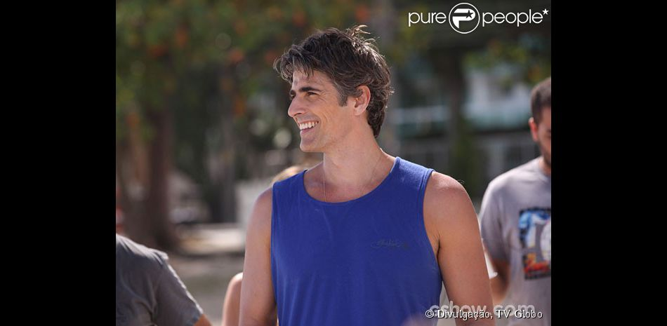 Cadu (Reynaldo Gianecchini) se sentirá cansado após caminhar com o filho na novela 'Em Família'