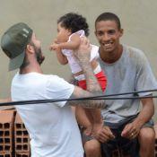 David Beckham posa com fãs e pega bebê no colo em comunidade do Vidigal, no RJ