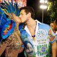 Sabrina Sato beija o namorado, João Vicente de Castro, antes do desfile da Vila Isabel