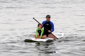 Marcelo Serrado pratica stand up paddle com a filha, Catarina, em praia do Rio