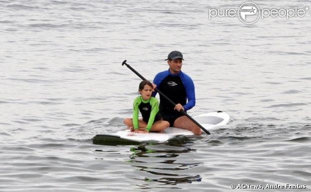 Marcelo Serrado leva a filha, Catarina, de 8 anos, para a praia e pratica stand up paddle na praia de Ipanema, na zona sul do Rio de Janeiro, em 16 de janeiro de 2013