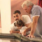 Cauã Reymond passeia com a filha, Sofia, acompanhado do pai de Grazi Massafera