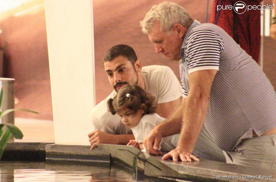 Cauã Reymond passeou com a filha Sofia e o pai de Grazi Massafera por um shopping do Rio nesta terça-feira (11 de março de 2014)