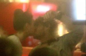 Isis Valverde vira tiete e beija o namorado, Tom Rezende, em seu show no Rio