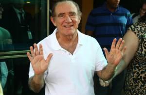 Renato Aragão deixa hospital após 5 dias internado: 'Agora tenho uma vida nova!'