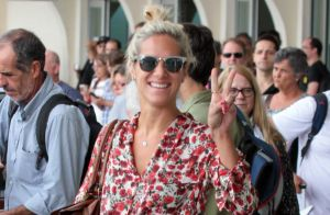 Giovanna Ewbank é atenciosa com fãs ao desembarcar sem Bruno Gagliasso em SP
