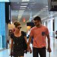 Fernanda Lima e Rodrigo Hilbert caminham juntos no aeroporto