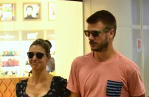 Fernanda Lima e Rodrigo Hilbert embarcam de mãos dadas e com looks estilosos
