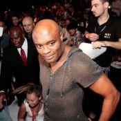 SPFW: com blusa de tricô, Anderson Silva assiste top russa Irina Shayk desfilar