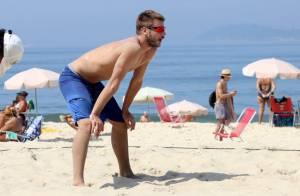Rodrigo Hilbert mostra corpo sarado durante jogo de vôlei em praia do Rio