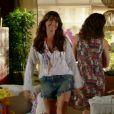 Clara (Giovanna Antonelli) investe na dobradinha short jeans e bata. Para complementar o look, pulseiras coloridas, maxibrinco e colar discreto