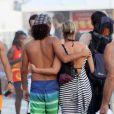 Giulia e Flávio são flagrados na praia