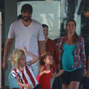 Thiago Lacerda almoça com Vanessa Lóes, grávida de 8 meses, e os 2 filhos