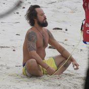 Paulinho Vilhena medita e surfa sozinho em praia do Rio de Janeiro