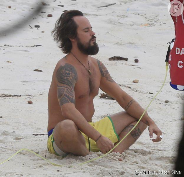Paulinho Vilhena medita antes de surfar na Prainha, Zona Oeste do Rio de Janeiro, em 25 de abril de 2014