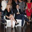 Cláudia Abreu e Murilo Benício conferiram o clipe com cenas da nova novela das sete sentados perto um do outro