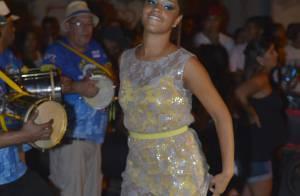 Juliana Alves segura vestido para não mostrar demais em ensaio de Carnaval