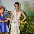 Lea Michele usa vestido decotado em première de animação