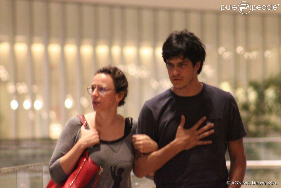 Mateus Solano vai ao cinema com a mulher, a atriz Paula Braun, no shopping Village Mall, no Rio de Janeiro (7 maio de 2014)