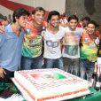 Felipe, Beto, Rodrigo Simas, Bruno Gissoni, o promoter Glaycon Muniz e Daniela Escobar posam para fotos no aniversário de 20 anos de Felipe