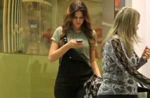 Bruna Marquezine aproveita folga de 'Em Família' e faz compras sozinha no Rio
