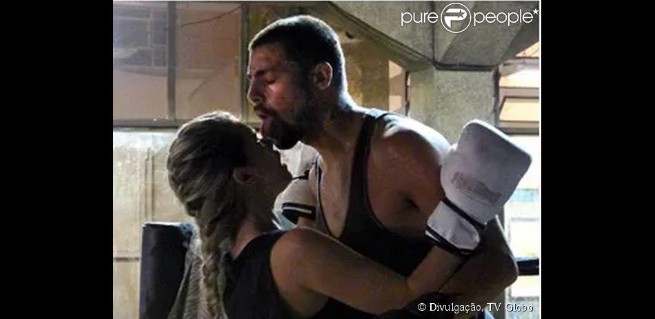 Na série 'O Caçador', Cauã Reymond vive o ex-policial André, que vai se envolver com a personagem Sandra, vivida por Karen Junqueira