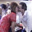 Narciza beija o namorado, Guilherme Fiuza, durante o lançamento da biografia de  Reynaldo Gianecchini, em dezembro de 2012