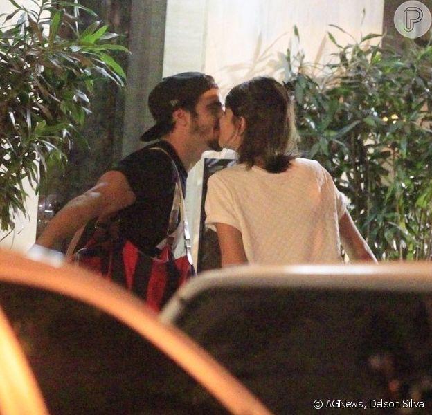 Caio Castro e Maria Casadevall caminham aos beijos pelas ruas do Leblon, no Rio, na noite desta quinta-feira, 22 de maio de 2014