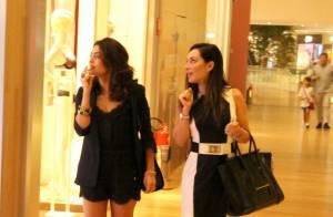 Juliana Paes passeia com amiga em shopping e exibe pernas torneadas